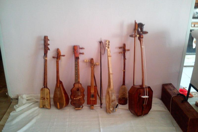 Вертикально расположенные скрипки кырыымпа