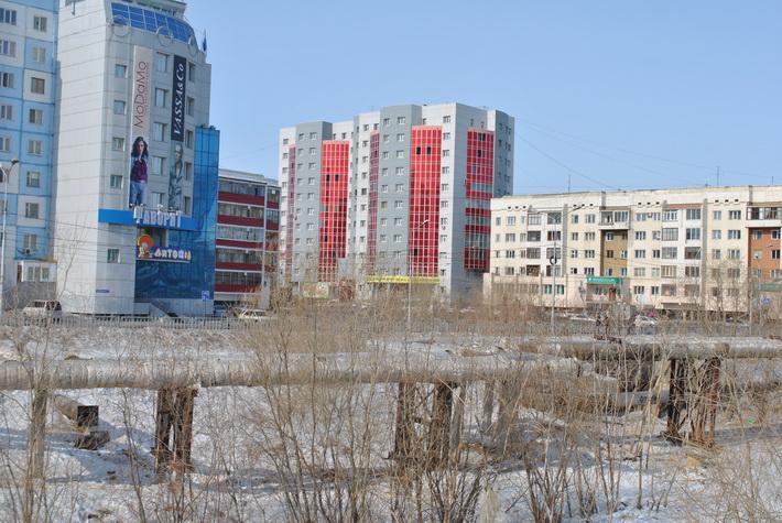 Здание с красными окнами