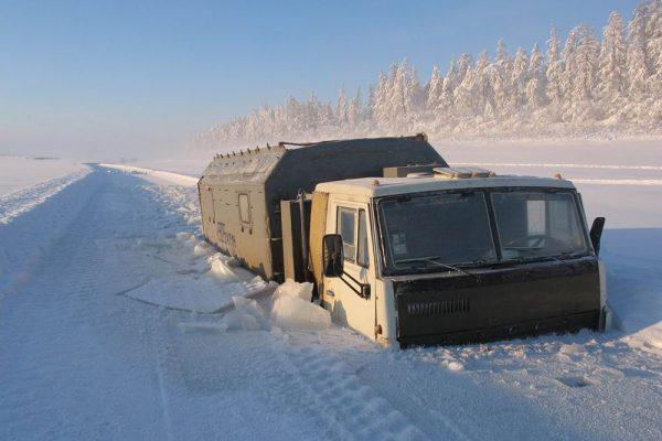 Камаз застрял во льду в Оймяконе