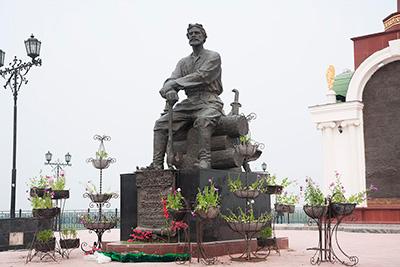 Памятник П.И. Бекетову в Якутске вблизи