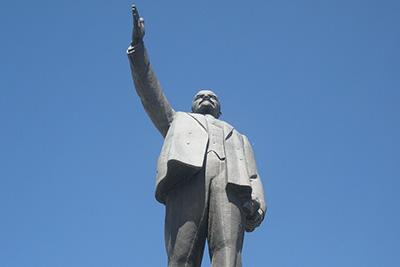 Памятник В.И. Ленину в Якутске вблизи