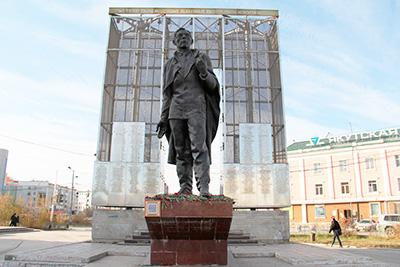 Памятник П.А. Ойунскому в Якутске