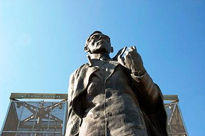 Памятник П.А. Ойунскому в Якутске вблизи