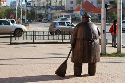 """Памятник """"Дворник"""" в Якутске. Вид сзади"""