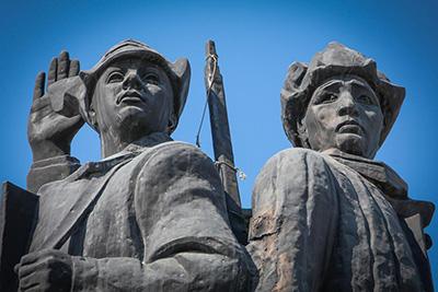 """Памятник """"Первым комсомольцам"""" в Якутске вблизи"""
