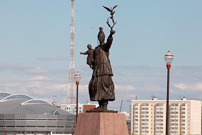 Памятник Матери в Якутске вблизи